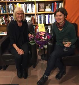 Alva och Siv Strömquist, docent i nordiska språk och författare av Skiljeteckensboken. Bild: Stefan Stömquist